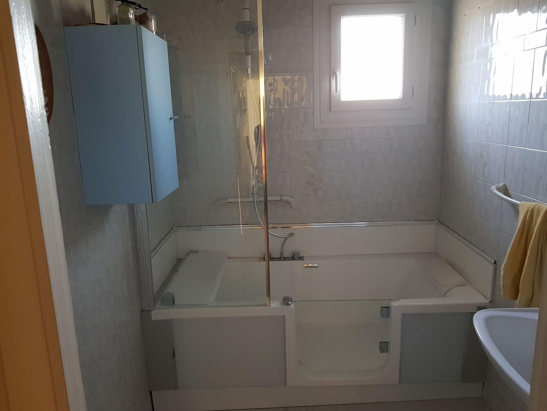 Installation d'une baignoire PMR terminée